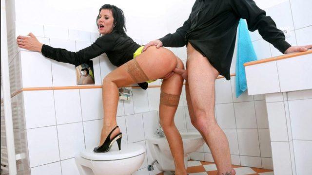 Порно в туалете
